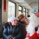 Дед Мороз развлекает гостей